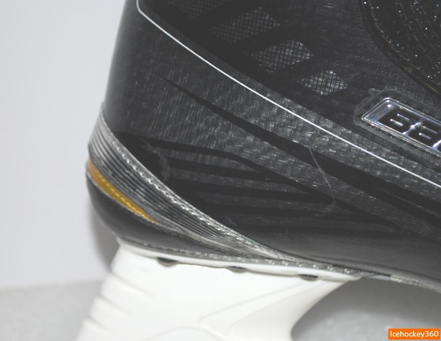 Небольшие царапины на стенке ботинка — красочная демонстрация высокой твердости поверхности.