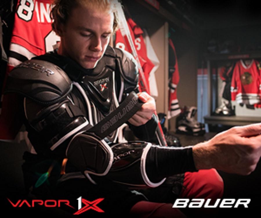 Патрик Кейн примеряет налокотники Bauer Vapor 1X.