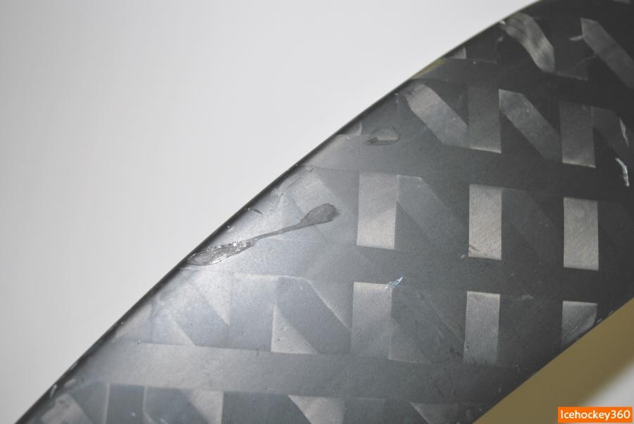 Повреждение на внешней стороне пера. Материал не расслаивается и не разрушается.