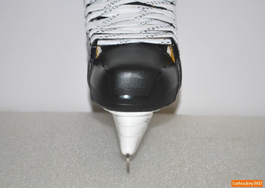 Защитный пластиковый мысок: вид спереди.