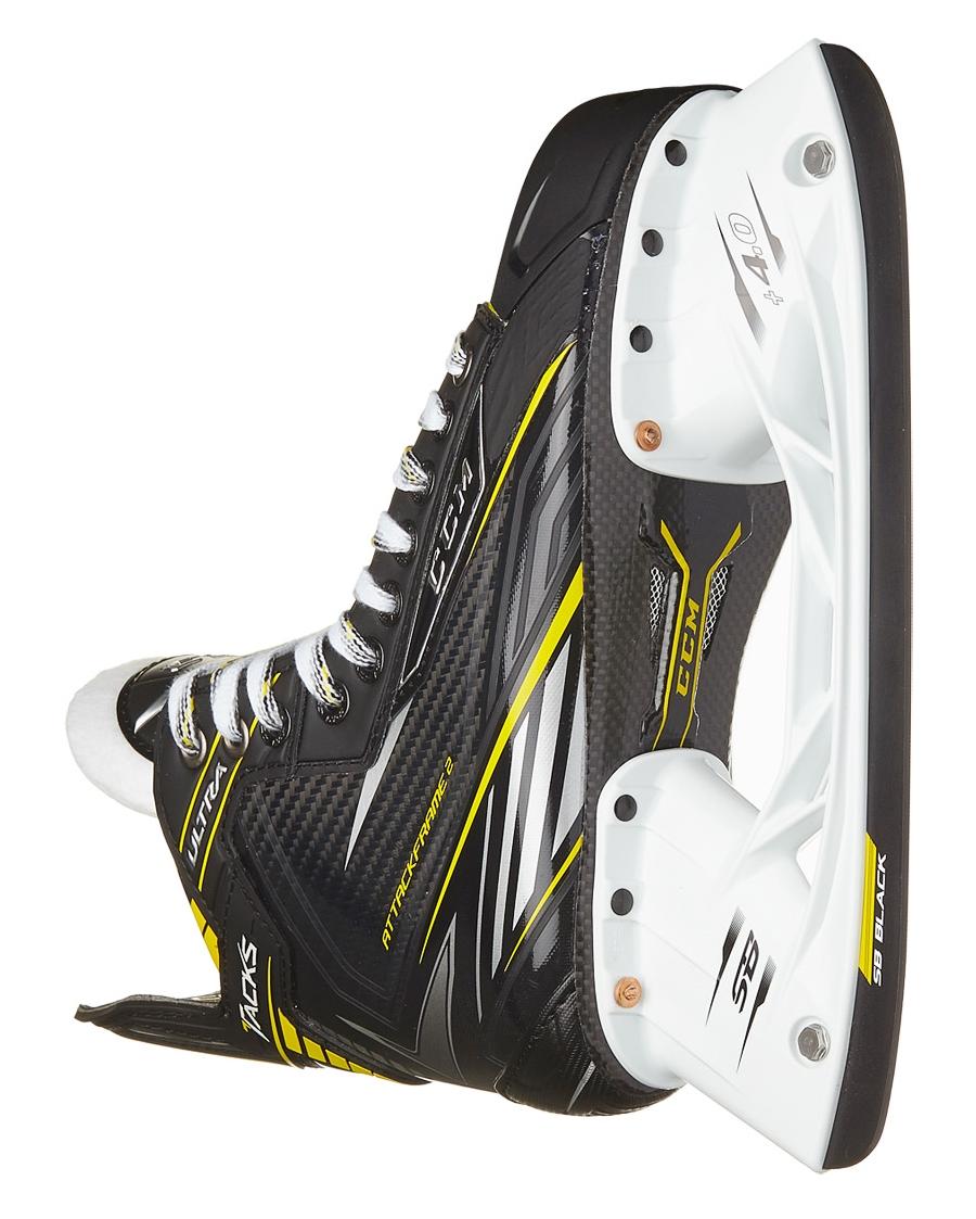 Коньки CCM Ultra Tacks имеют традиционную конструкцию ботинка.