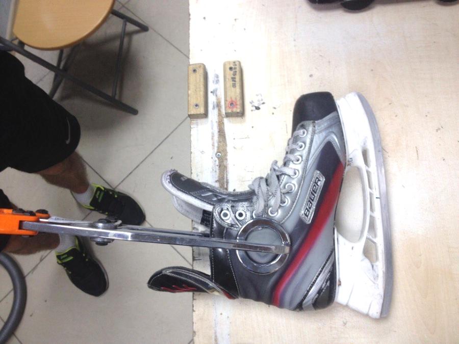 Процесс выдавливания корпуса ботинка.