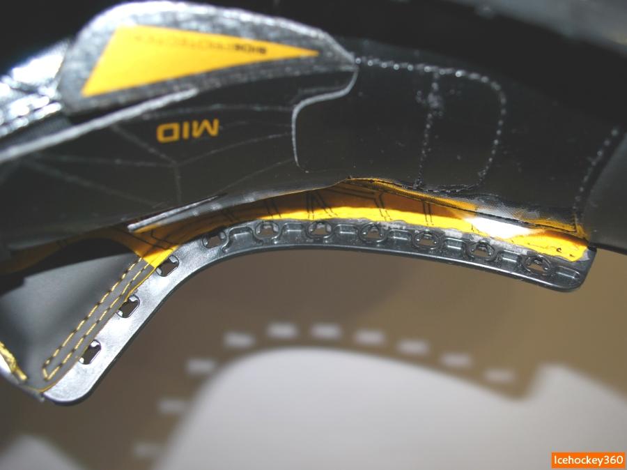 Внутренняя сторона монолитного пластикового элемента.