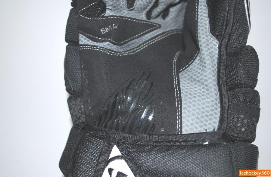 Защитное нанесение на верхней перчатке не пострадало.