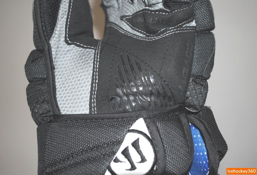 Защитное нанесение на нижней перчатке начало облезать.