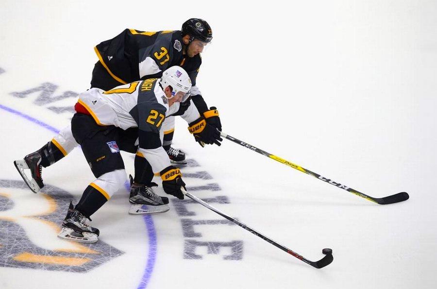 Патрис Бержерон на матче всех звезд НХЛ с клюшкой CCM Super Tacks.