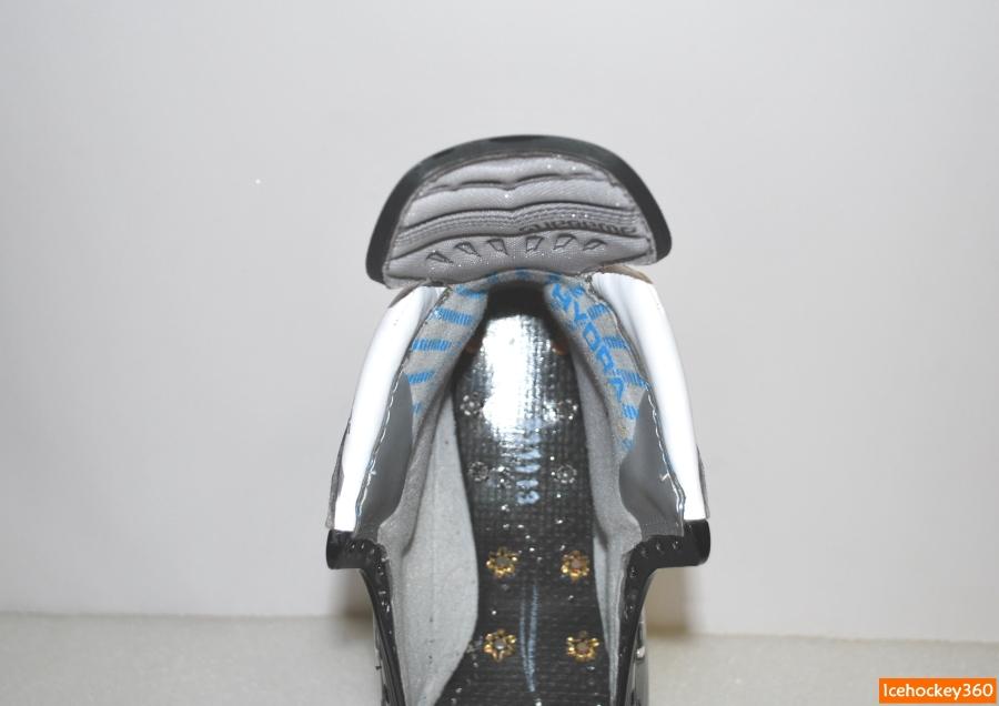 Форма пяточной части ботинка и массивность набивки.