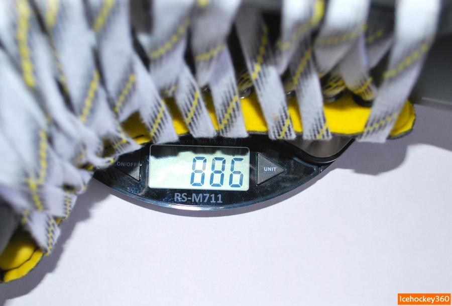 Вес коньков CCM Super Tacks в размере 10D.